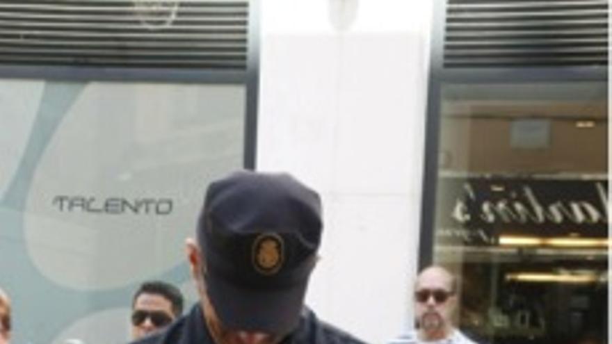Policía nacional identificando al eurodiputado de PODEMOS Pablo Echenique-Robba tras una rueda de prensa. \ Vera Benavente