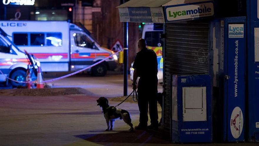 Furgoneta atropella a varios peatones y causa víctimas junto mezquita Londres