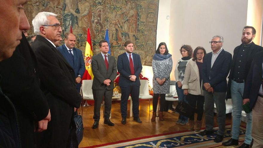 Minuto de silencio en Fuensalida, durante un encuentro del presidente regional con medios de comunicación