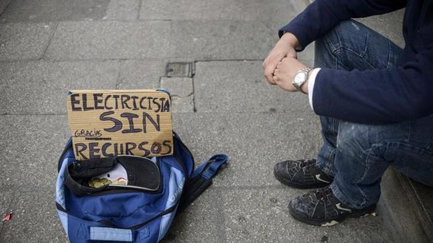 Una persona sin recursos pide ayuda en la calle