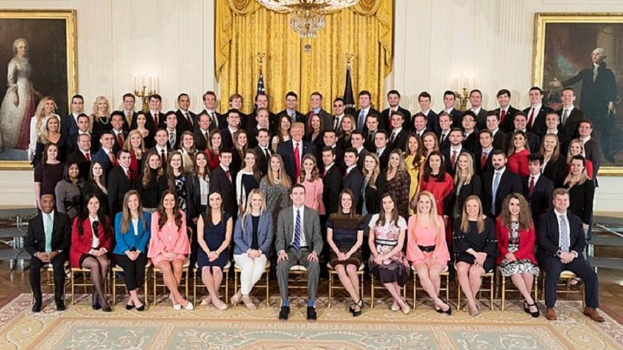 Donald Trump junto a los becarios de la Casa Blanca