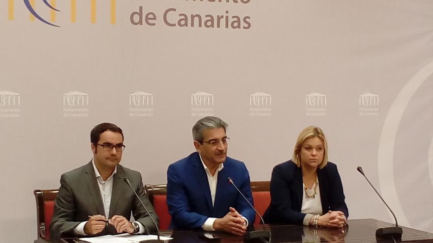 Román Rodríguez (c) es presidente de Nueva Canarias.