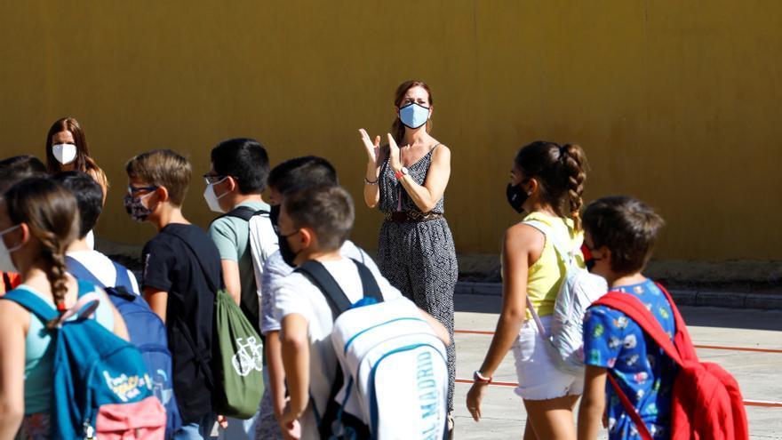 Profesores del CEIP Concepción Arenal aplauden la entrada de los alumnos al colegio al inicio del curso en Córdoba. EFE/Salas