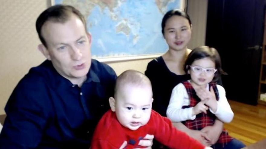 El profesor de la entrevista del caos y su familia vuelven a la BBC