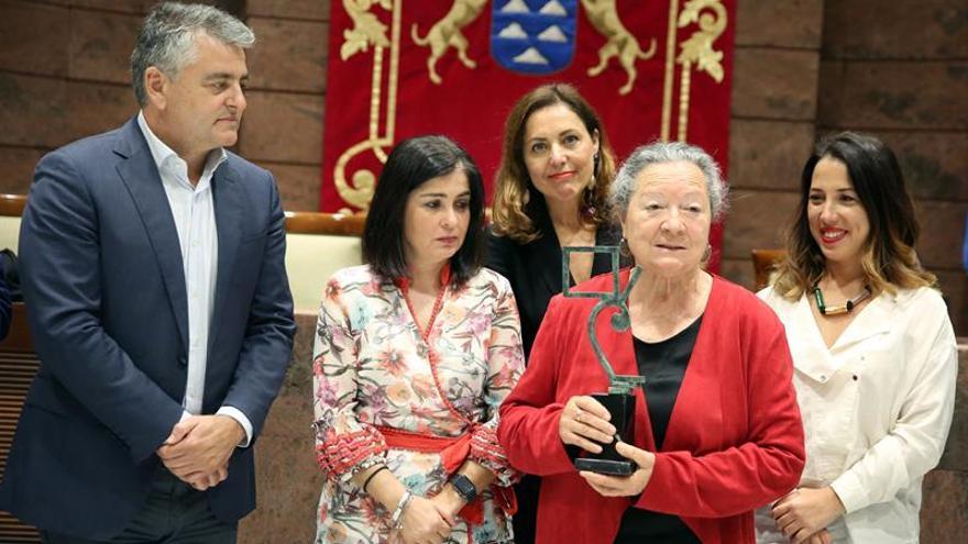 La poetisa Elsa López (2d), madre de un bebé robado, entregó al Parlamento de Canarias una escultura en agradecimiento por la aprobación de la primera ley de España sobre bebés robados