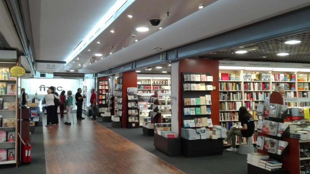 Sección de librería de la Fnac de València