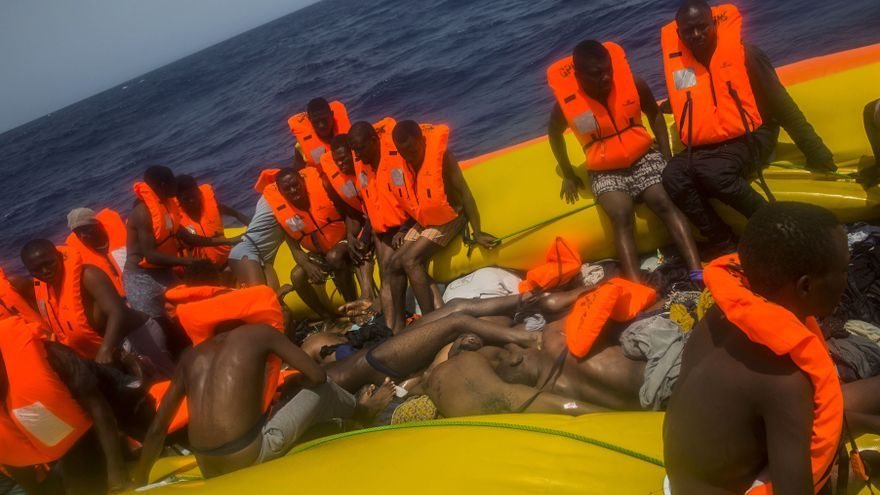 La embarcación a la deriva localizada por Proactiva Open Arms en el Mediterráneo en la que se han encontrado 13 cadáveres