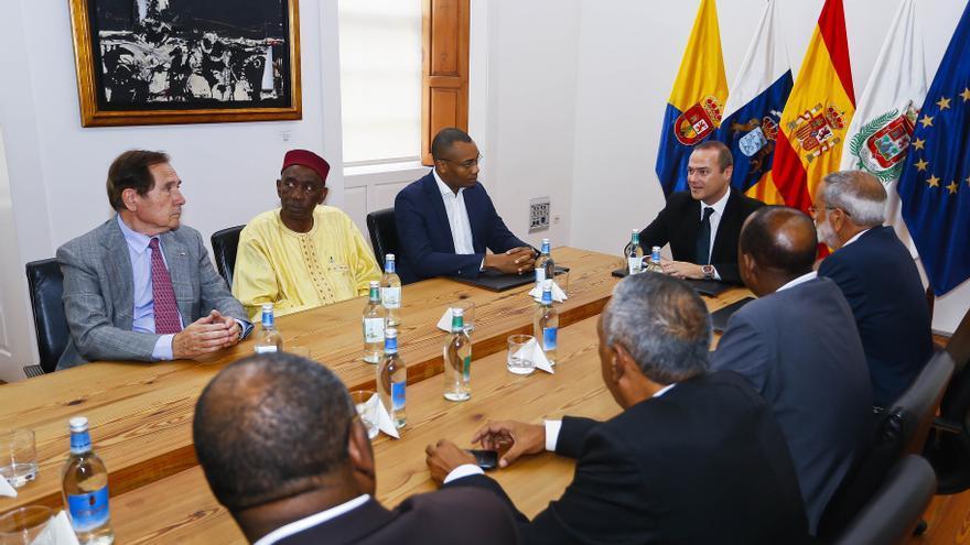 Reunión entre Augusto Hidalgo con representantes de la Cruz Roja Española y de diversos países de África (AYUNTAMIENTO LPGC)