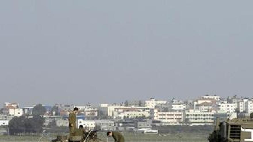 Soldados de israel en la frontera de la franja de gaza