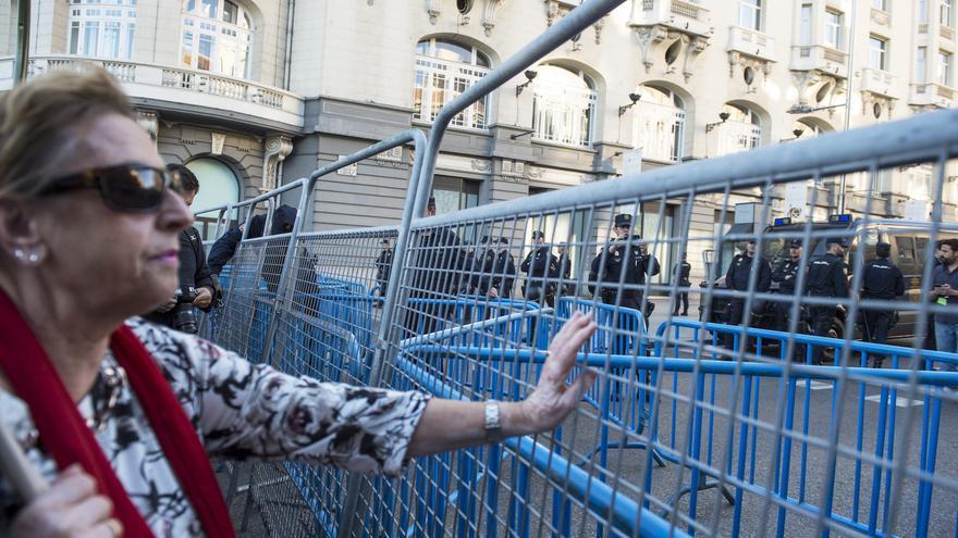 Manifestantes se aproximan al vallado que protege las inmediaciones del Congreso de los Diputados