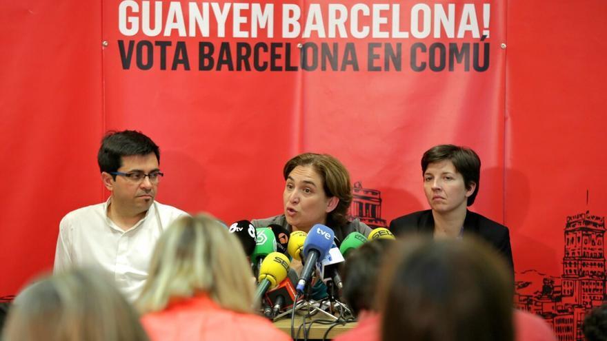 Gerardo Pisarello, Ada Colau y Laia Ortiz en la rueda de prensa tras la noche electoral. / ENRIC CATALÀ