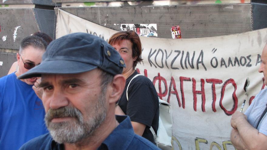Konstantinos Polychronopolous reparte comidas gratuitas en Atenas desde hace cuatro años