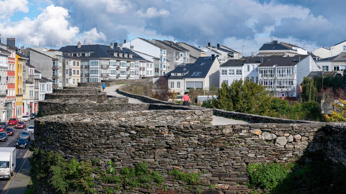 Camino de Ronda. La Muralla de Lugo es una de las grandes joyas romanas de España y forma parte del listado del patrimonio Mundial de la UNESCO.