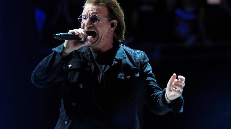 Bono compone un tema a los trabajadores de salud que luchan contra el COVID-19