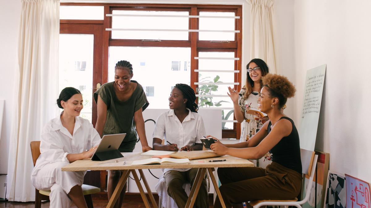 Un grupo de mujeres trabajando.