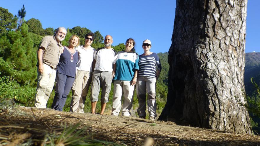 El equipo investigador junto al director del Parque Nacional de la Caldera de Taburiente, Ángel Palomares. Foto: IMGE