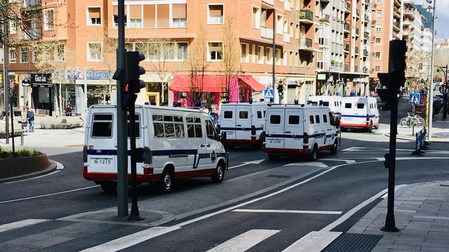 Furgonetas antidisturbios de la Ertzaintza en un operativo en Vitoria