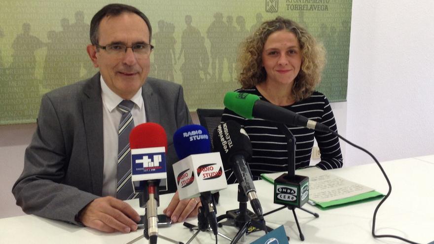 El alcalde, José Manuel Cruz Viadero, y la concejal de Servicios Sociales, Patricia Portilla.