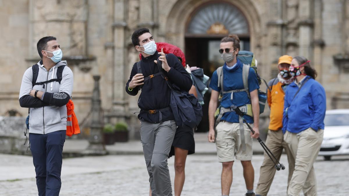 Unos peregrinos a su llegada a la Plaza del Obradoiro en Santiago de Compostela.