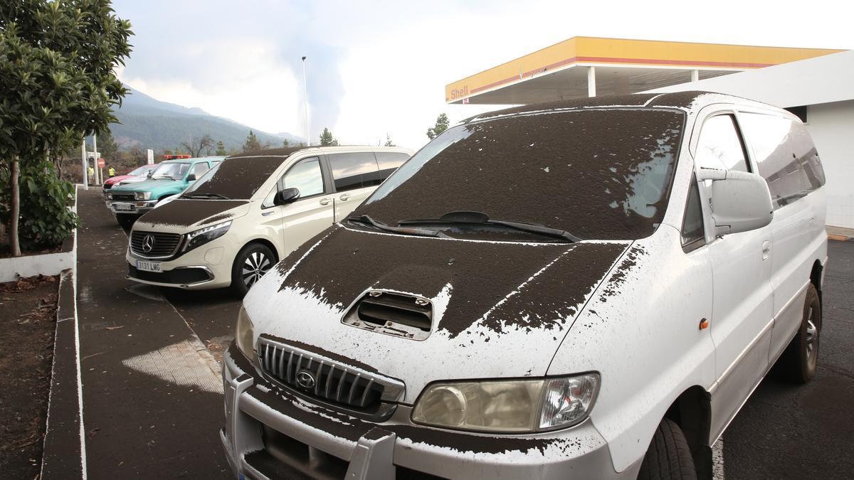 Cenizas sobre los coches en la Shell de El Paso