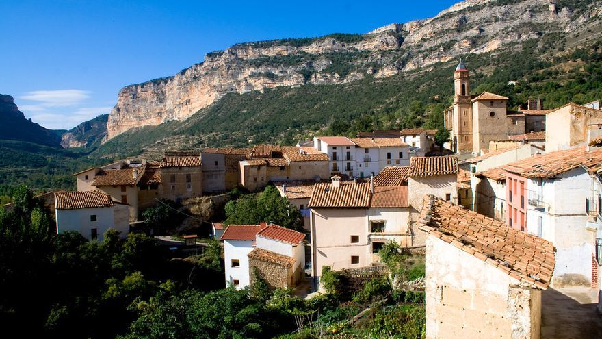 Mirambel se recorta entre pinares y montañas. Es un resumen muy certero de lo que ofrece la provincia de Teruel. Juan Carlos