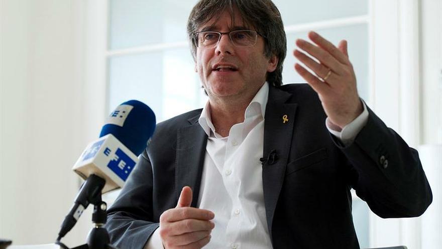 Puigdemont anima a Sánchez a gobernar con Podemos y negociar un referéndum