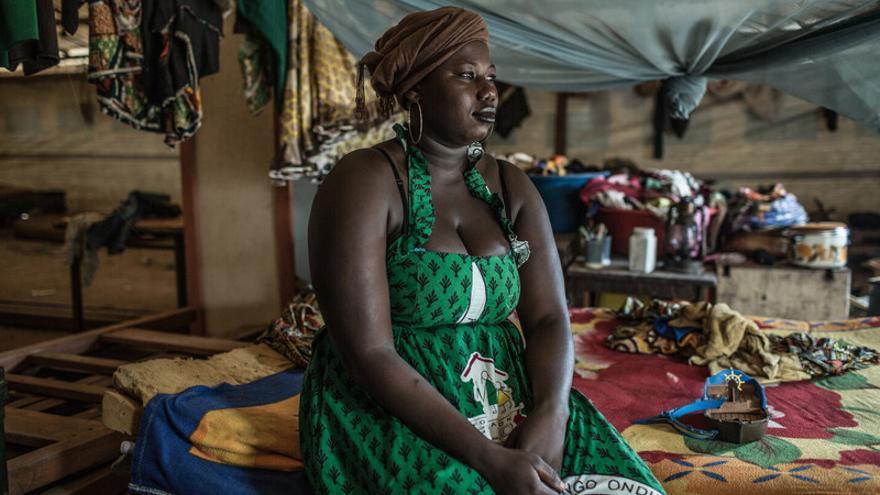 Muriel B., sentada en su cama en la tienda comunitaria del campo de desplazados de Castor. Huyó con su familia del barrio de Castor cuando la milicia Seleka empezó a matar y saquear a las familias cristianas. | Pablo Tosco/ Oxfam