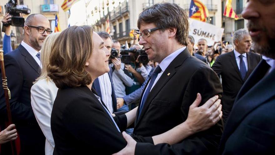 Puigdemont y Colau se encuentra en el acto para respaldar a los alcaldes imputados