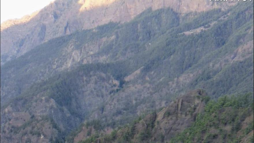 En la imagen, el Helicóptero del GES sobrevolando, este martes, el entorno de La Caldera de Taburiente donde se ha registrado el fatal percance.