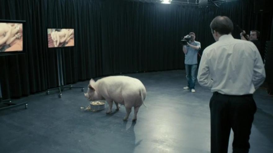 El inicio de la escena del cerdo en 'Black Mirror'.