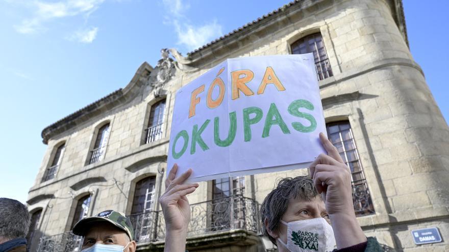 """Archivo - Una persona sostiene un cartel donde se puede leer """"Fuera okupas"""" durante la marcha cívica para pedir la """"devolución"""" al patrimonio público de la Casa Cornide, en manos de la familia Franco, en A Coruña, Galicia, (España), a 7 de noviembre de 20"""