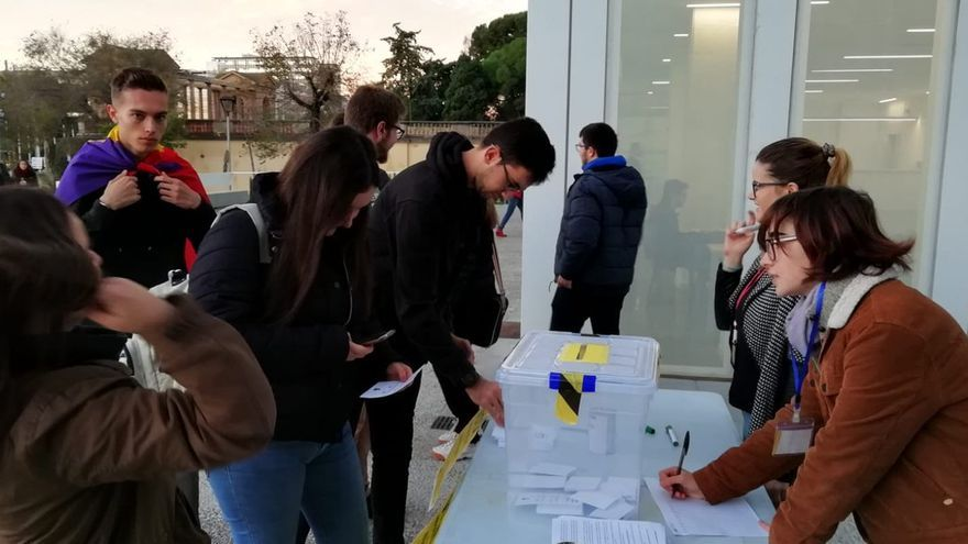 Votantes en la facultad de Derecho de la Universitat de Barcelona