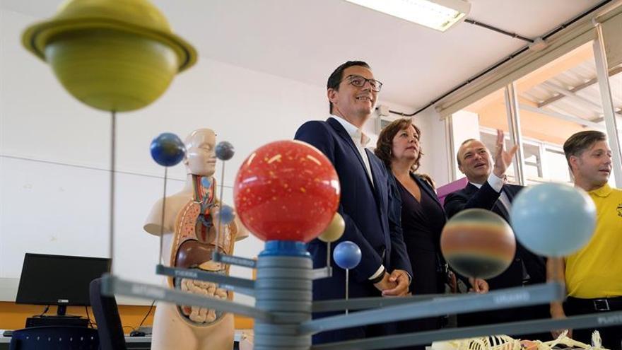 El vicepresidente del Gobierno de Canarias, Pablo Rodríguez; la consejera de Educación, Soledad Monzón, y el alcalde de Las Palmas de Gran Canaria, Augusto Hidalgo, durante la inauguración del curso escolar 2018-2019 de la comunidad autónoma.