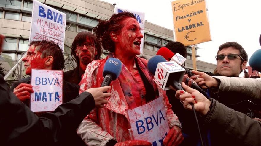Activistas en el acto de denuncia en el exterior de la Junta General de Accionistas del BBVA.