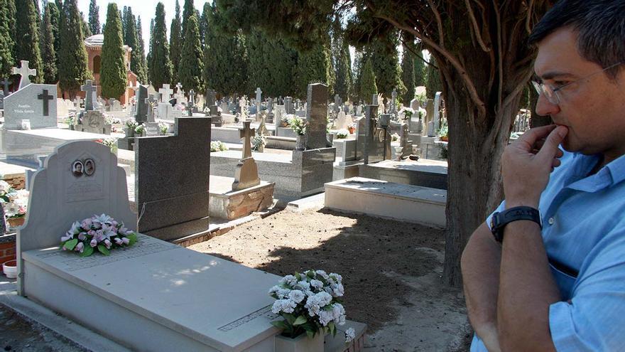 El presidente de la ARMADH, Manuel Ibáñez, en la zona denominada Cuartel 9, junto al de Caridad, donde aún se encuentran tumbas de fusilados en Alcalá de Henares. |