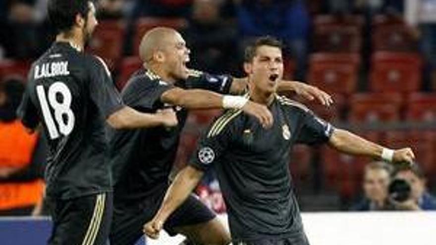 Cristiano Ronaldo, Pepe y Albiol celebran uno de los goles.