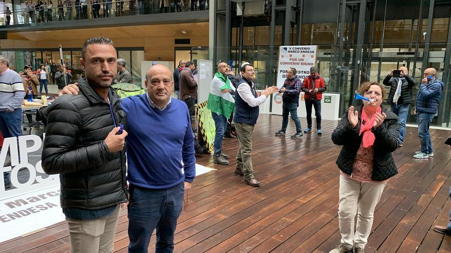 Jerónimo Rodríguez, secretario general de CCOO Endesa en Canarias, y José Manuel Falagán, secretario general de CCOO Endesa, durante la pitada en la sede en Madrid