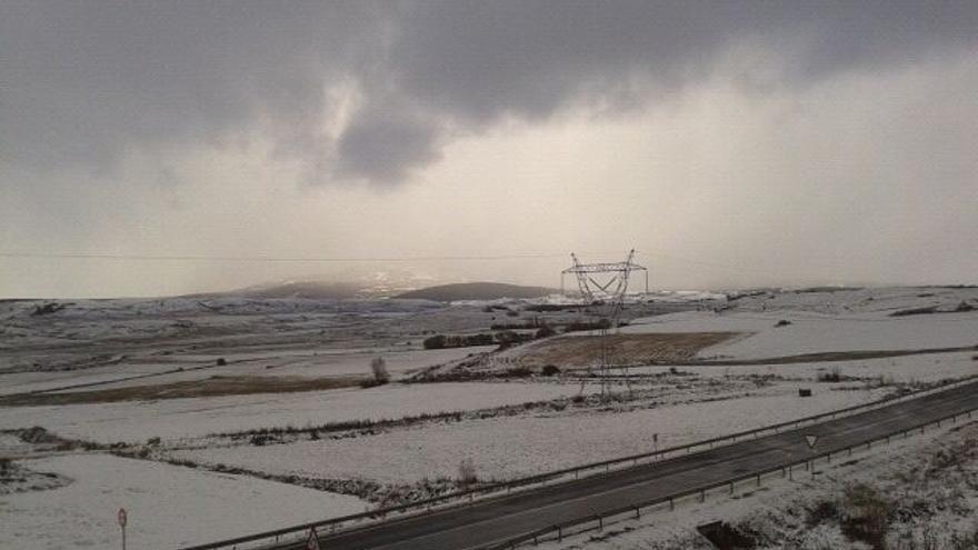 La nieve obliga a usar cadenas en Estacas de Trueba