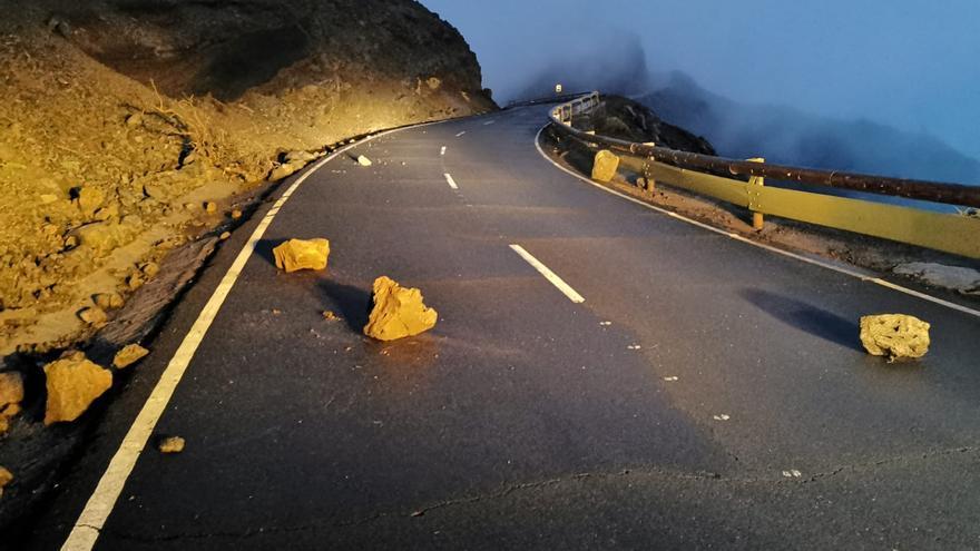 Piedras en la carretera al Roque de Los Muchachos, este viernes, que fueron retiradas por operarios del Cabildo.
