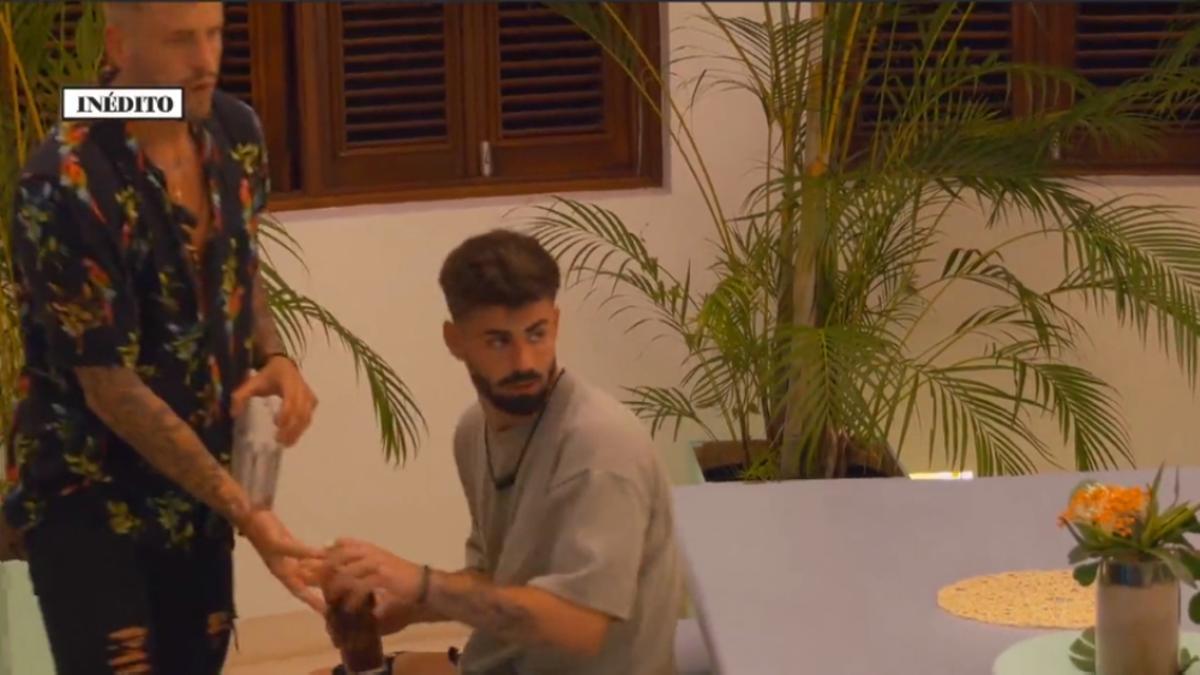 Óscar le pasa un objeto a Isaac en 'La última tentación'