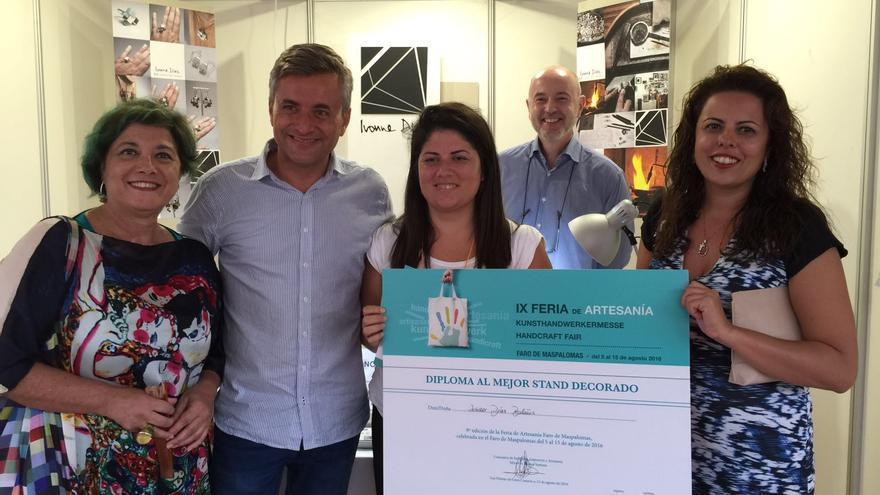 Ivonne Díaz Bolaños, premio al mejor expositor de la Feria de Artesanía Faro de Maspalomas.
