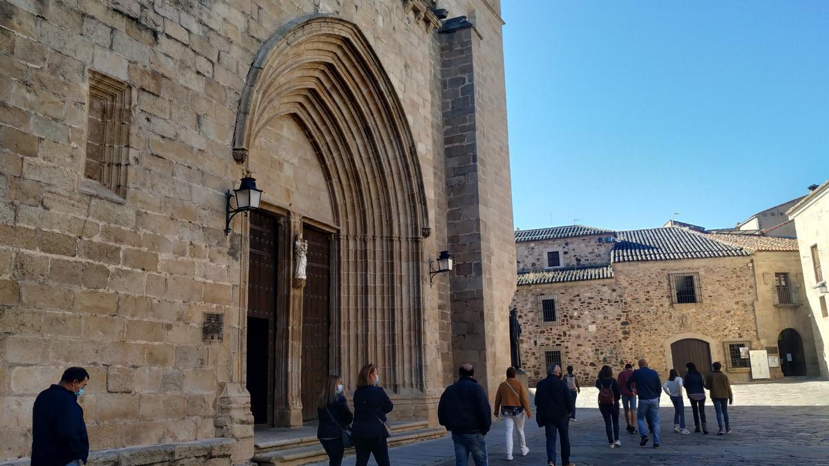 Turistas en la plaza de Santa María de Cáceres