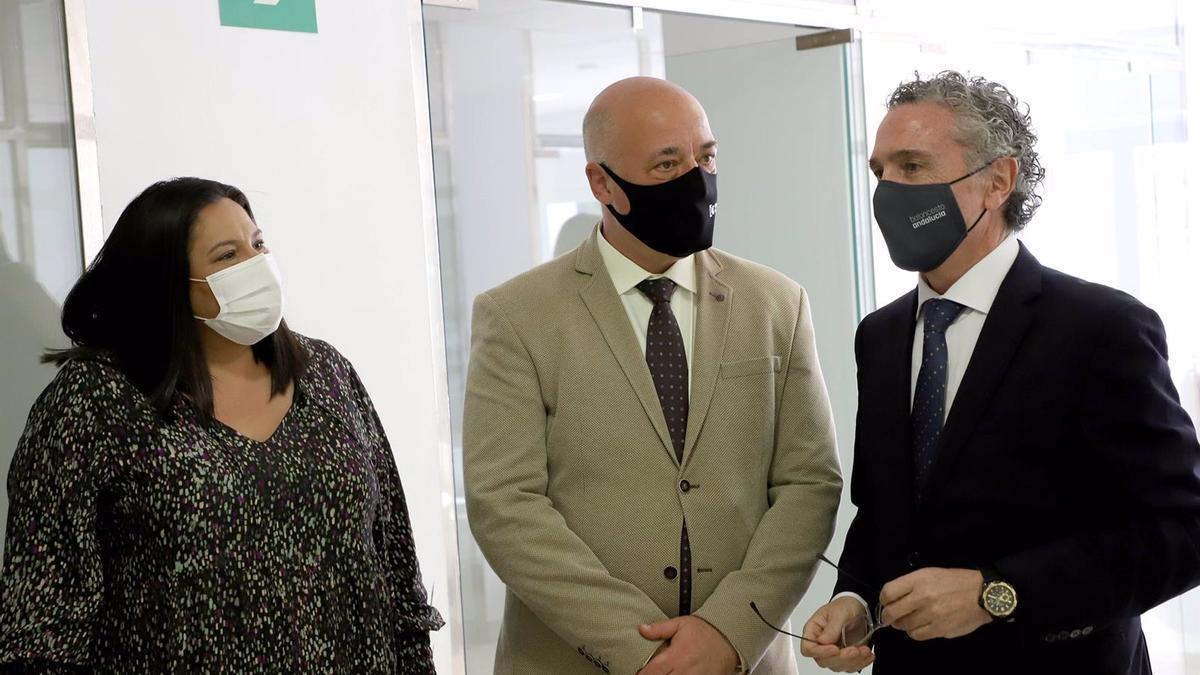 El presidente de la Diputación de Córdoba, Antonio Ruiz (centro), y la presidenta de Iprodeco, Dolores Amo, visitan la Fundación Prode.