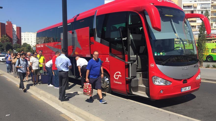 Els viatgers de l'AVE pugen al bus en l'estació Joaquín Sorolla de València per arribar a Castelló.