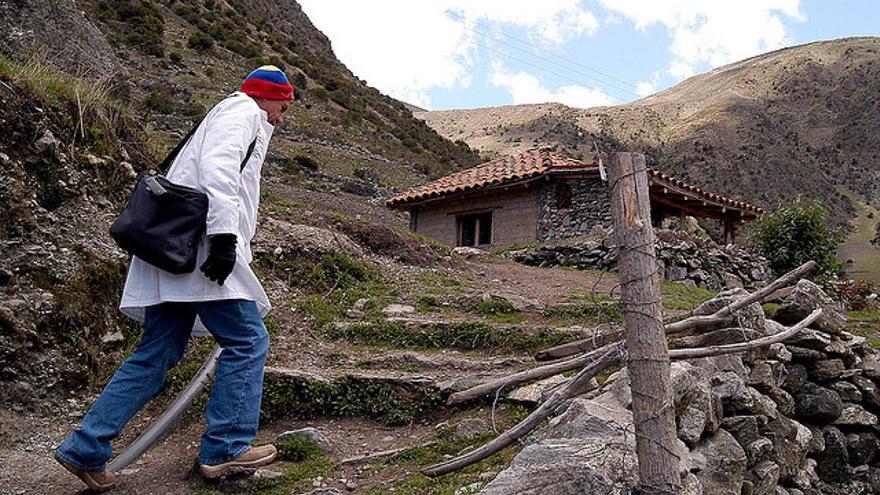 Un medico cubano pasa consulta en el pueblo venezolano de Gavidia. Foto: Flickr de Franklin Reyes, CC.