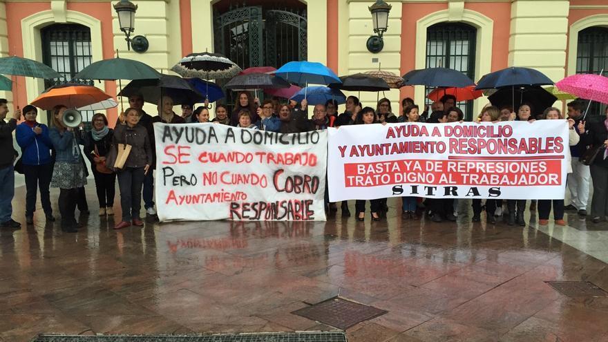 Trabajadoras de la Ayuda a Domicilio manifestándose en la puerta del Ayuntamiento de Murcia