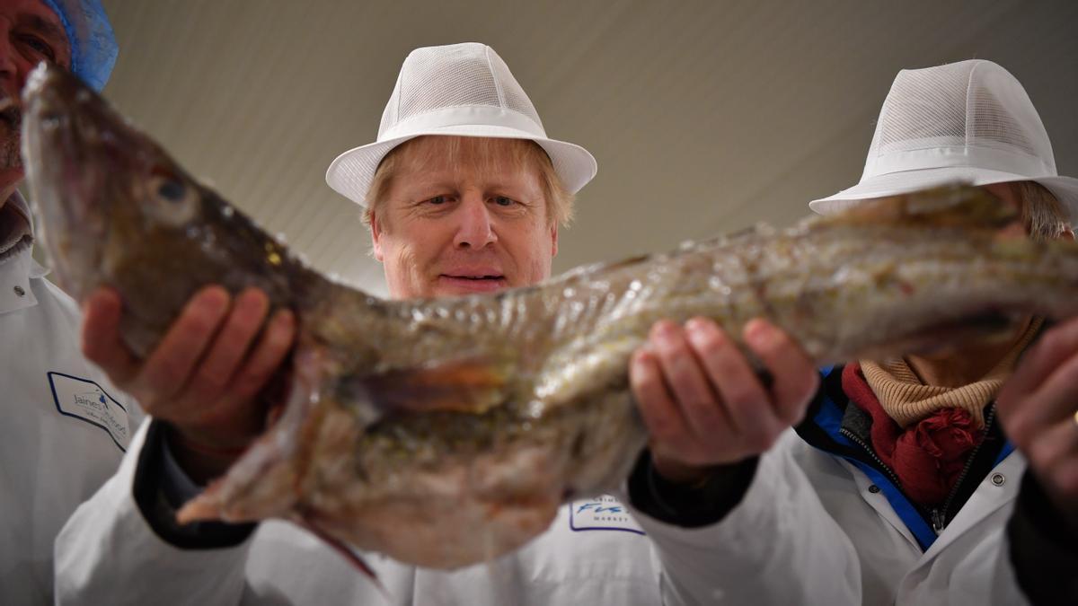 El primer ministro británico, Boris Johnson, en un mercado de pescado.