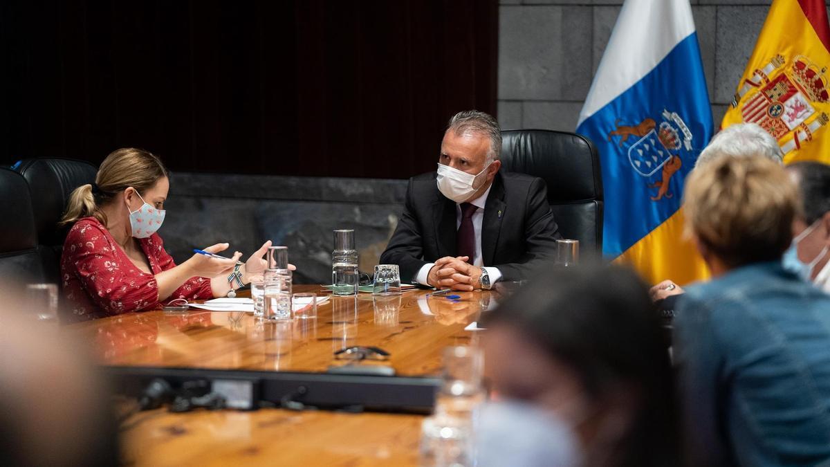 El presidente del Gobierno de Canarias, Ángel Víctor Torres, y la consejera de Derechos Sociales, Noemí Santana, durante una reunión del Consejo de Gobierno celebrado en Santa Cruz de Tenerife.