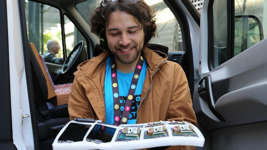 Díaz, con algunos de los móvile personalizados con Arduino que se utilizaron en MAKEwithMOTO.