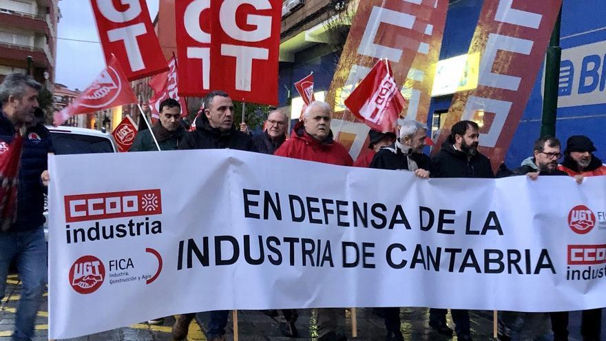 Más de 1.500 personas piden en Torrelavega que se mantengan los puestos de trabajo de la industria